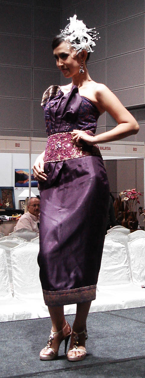 besides of the exhibition, visitors also have achance to watch the indonesia fashion show